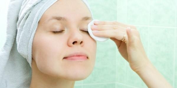 8 erros que cometemos na hora de tirar a maquiagem dos olhos (e como evitá-los)
