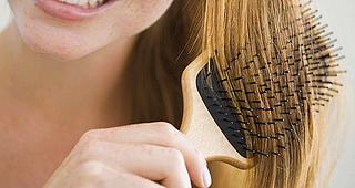 Aprenda a limpar corretamente sua escova de cabelo